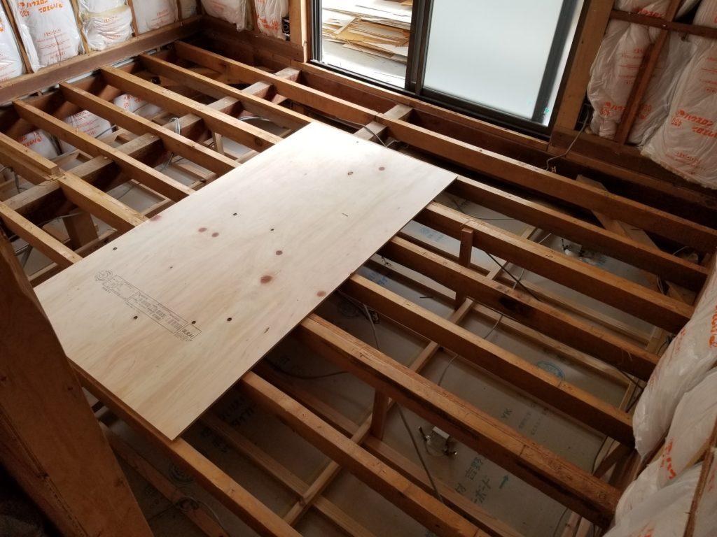 洋室の床の施工中