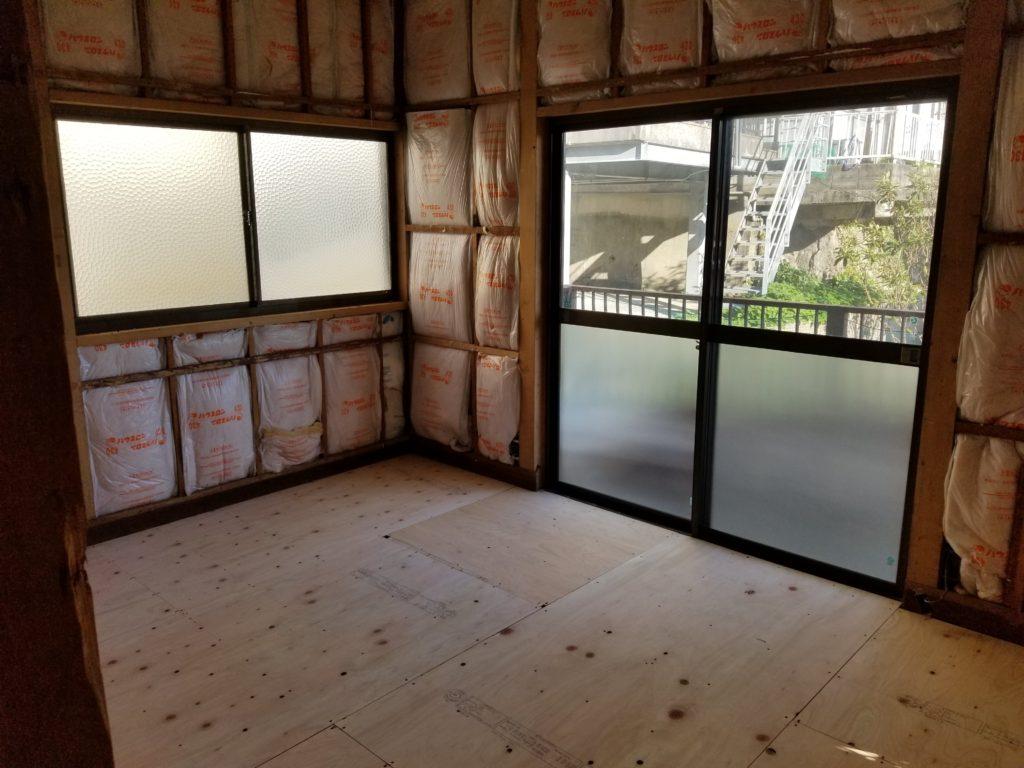 洋室の床と壁の施工中