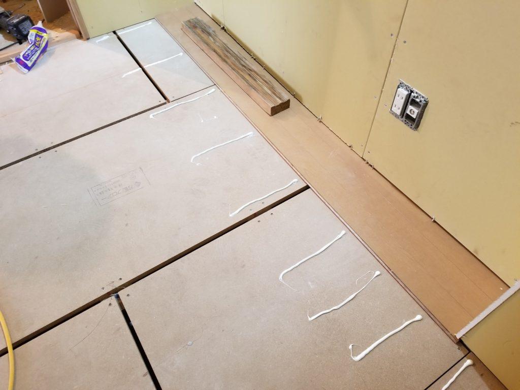 マンションリフォームの床の施工中