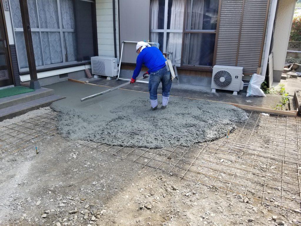 庭のリフォームのコンクリート施工中
