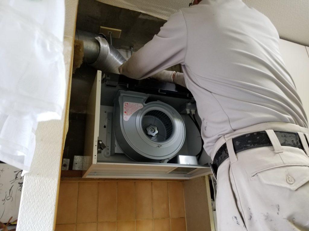 台所換気扇の施工中