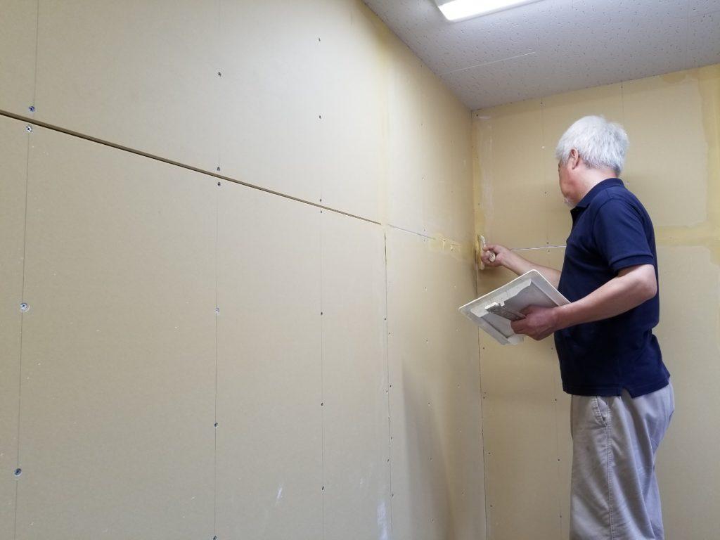 間仕切り壁の施工中