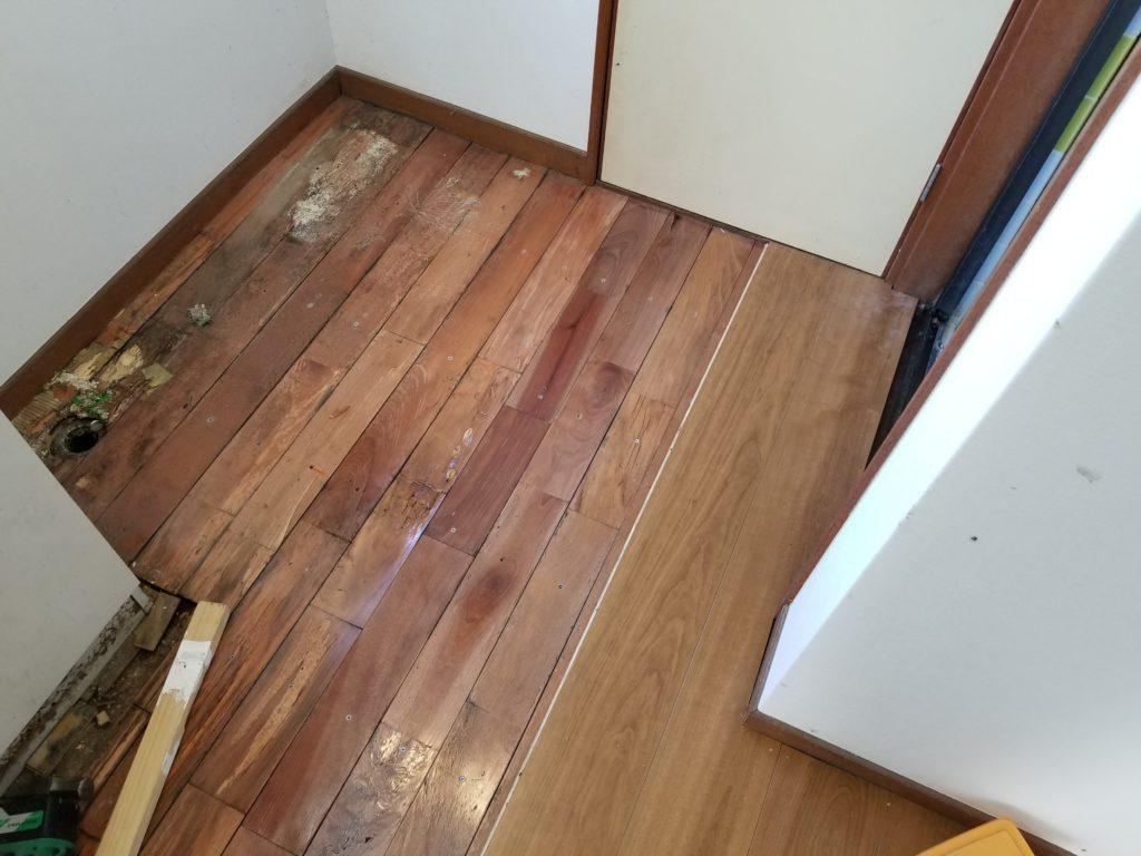 洗面所の床のリフォームの施工中