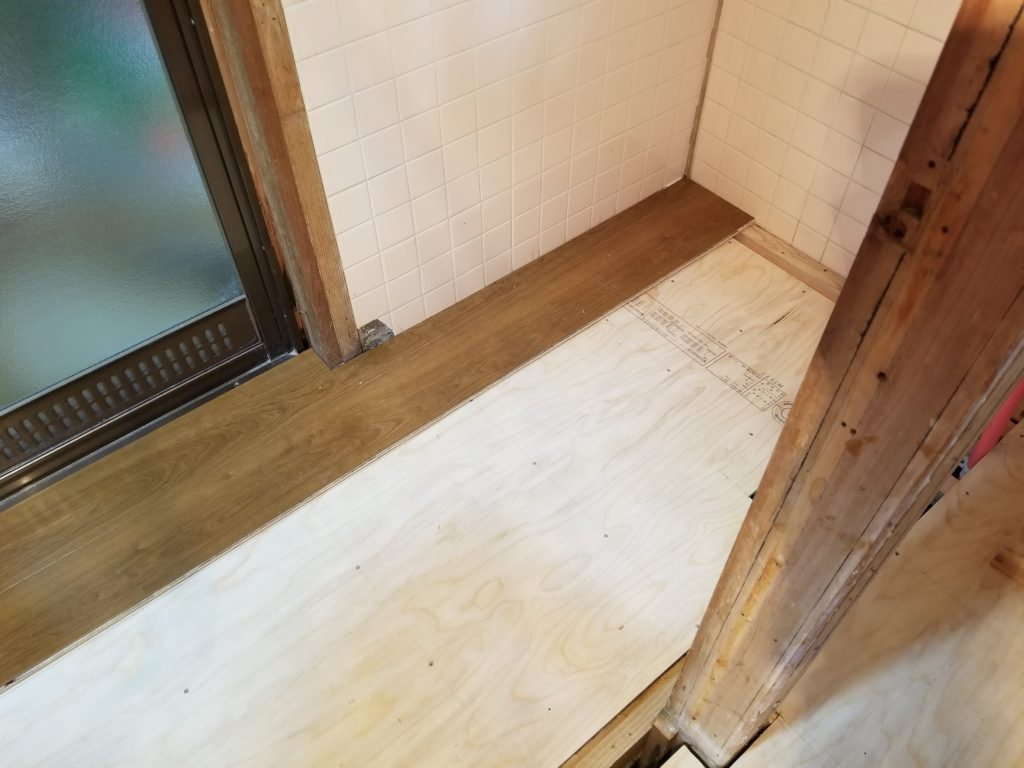トイレリフォームの床の施工中