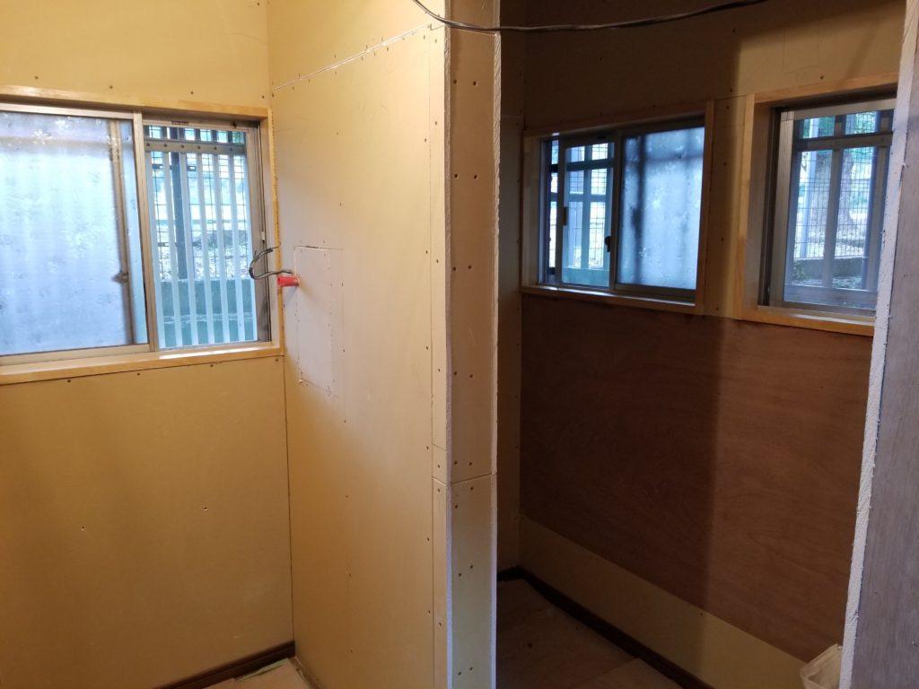 トイレリフォームの壁の施工中