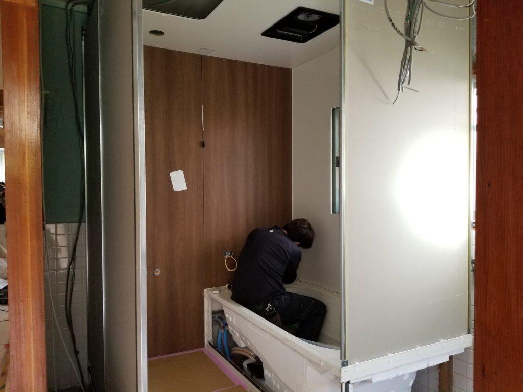 浴室リフォームのシステムバスの施工中