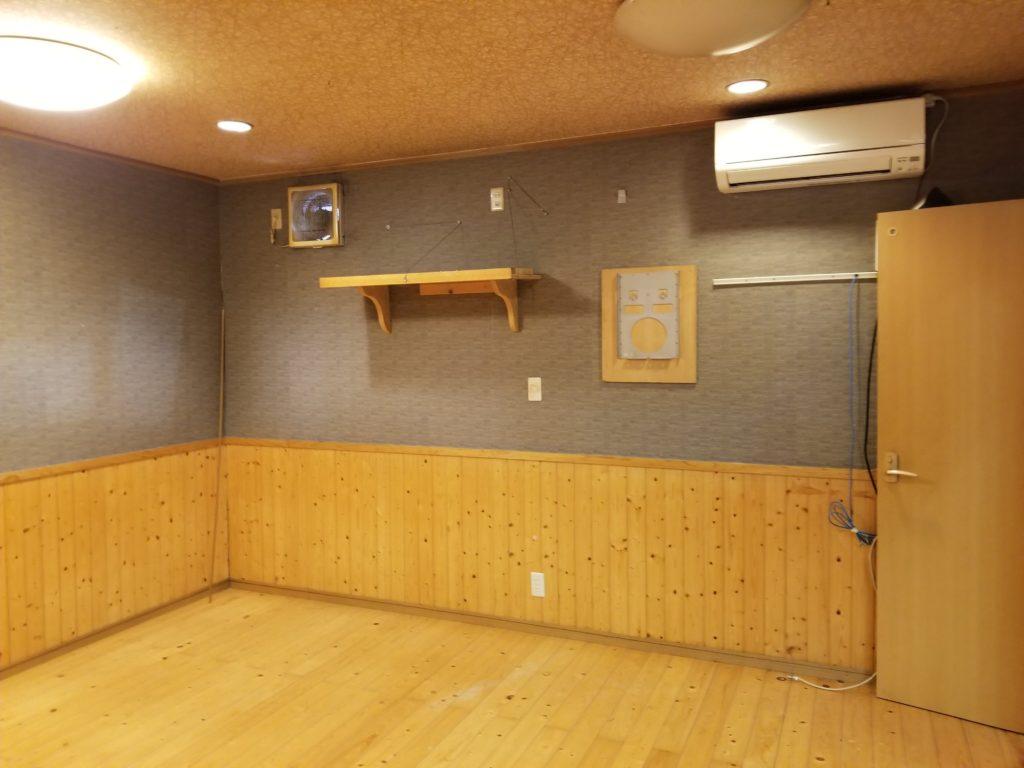 飲食店の壁のリフォームの施工前