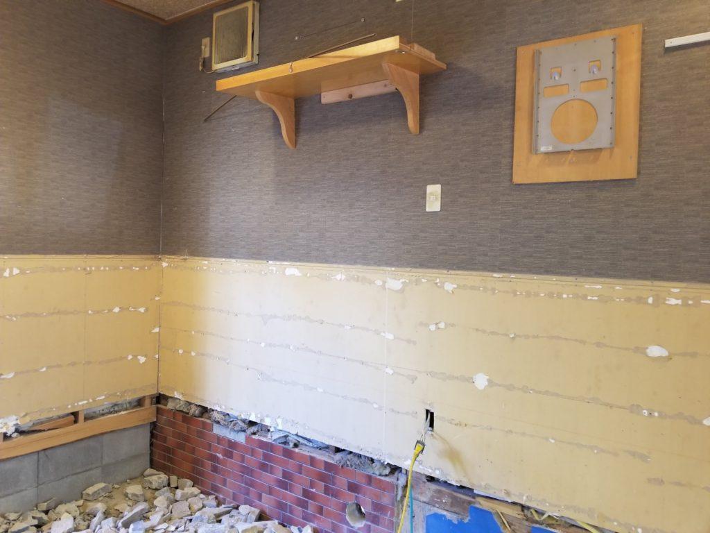 飲食店の内装リフォームの壁施工中